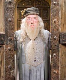 Dumbledore zamykajacy drzwi