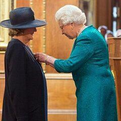 Королева Елизавета II награждает Мэгги Смит Орденом Кавалеров Почета