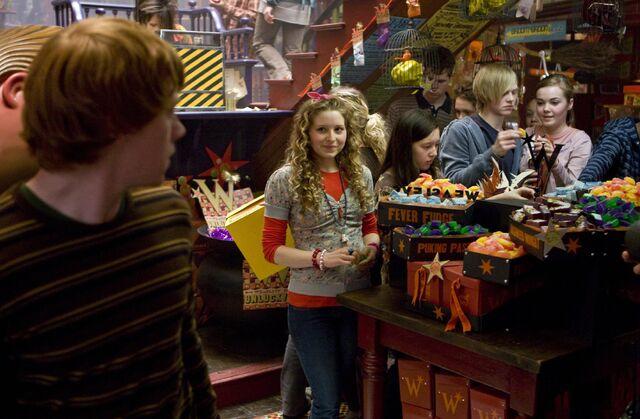 Image - Lavender Brown looking at Ron inside WWW shop.jpg   Harry ...