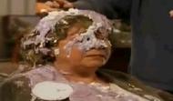 La Sra. Mason con el púding en la cabeza