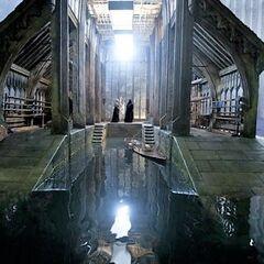 Алан Рикман и Ральф Файнс в декорациях Лодочного сарая