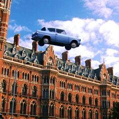 Взлетающий у Кингс-Кросс Форд «Англия»
