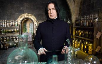担任魔药课老师的西弗勒斯·斯内普。