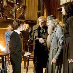 Дамблдор не верит, что имя Гарри попало в Кубок огня случайно