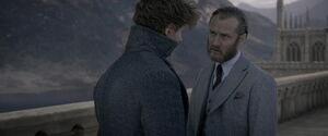 Albus i Newt stojący na wiadukcie Hogwartu