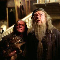 Дамблдор и Филч смотрят на изрезанную картину Полной Дамы