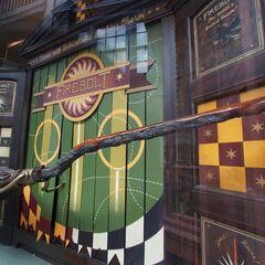 «Молния» в витрине магазина в Волшебном мире Гарри Поттера