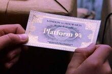 Билет на Хогвартс-экспресс в руке