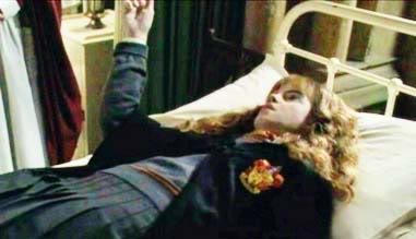 Datei:Hermione petrified.png