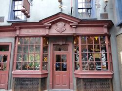 Harry-potter-diagon-alley-quidditch-supplies-2-600x450