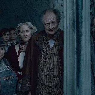 Слизнорт и другие сотрудники Хогвартса наблюдают за «мёртвым» Гарри