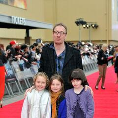 Дэвид с дочерью (посередине) на открытии <a href=