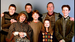 The-weasley-family-harry-potter-9137817-1024-576