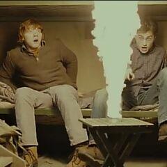 Мальчики испытывают палочки егерей