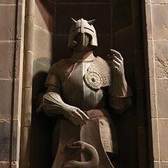 Одна из статуй у дверей в <a href=