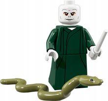 Figurka LEGO przedstawiająca Voldemorta, u jej stóp wąż również w wersji LEGO