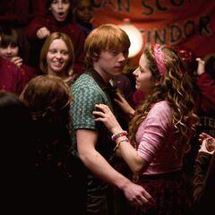 Лаванда обнимает Рона в гостиной Гриффиндора