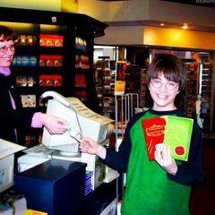 Редкое. Дэниэл Редклифф покупает книги о Гарри Поттере.