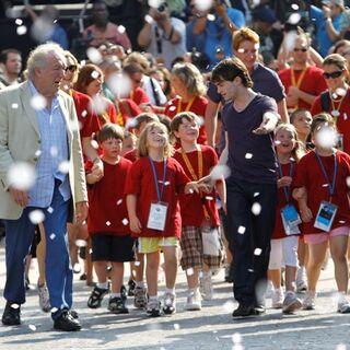 Гэмбон, Рэдклифф и близнецы Фелпс ведут первую группу посетителей в парк