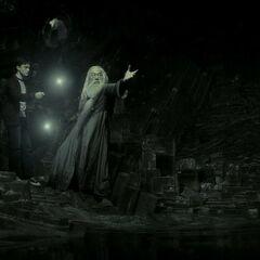 Гарри и Дамблдор освещают себе путь в Хрустальной пещере