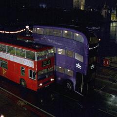 «Ночной рыцарь» пролетает между двумя автобусами