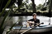 Том играет на гитаре.