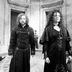 Гермиона в облике Беллатрисы Лестрейндж с сумкой в руках
