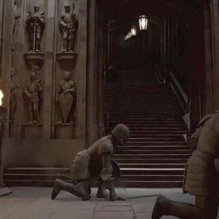 «Защитники замка» покидают ниши Вестибюля