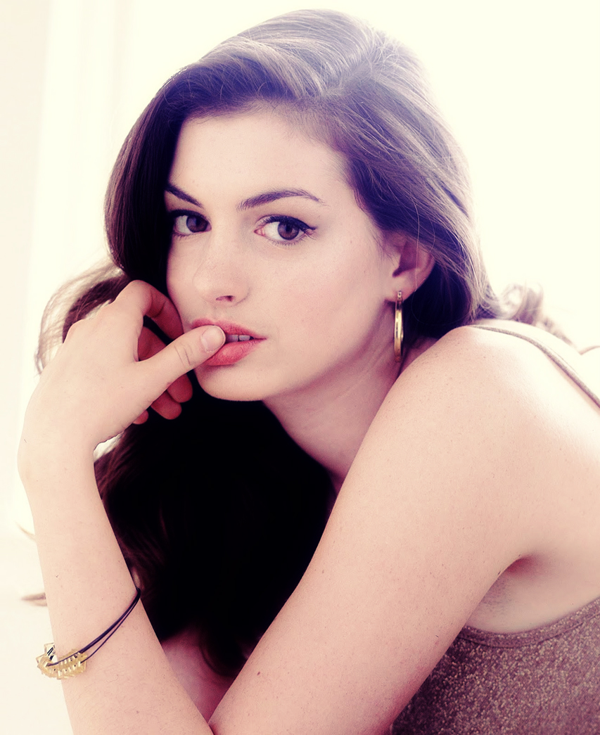 Anne-hathaway-is-catwoman-selina-kyle-in-the-dark