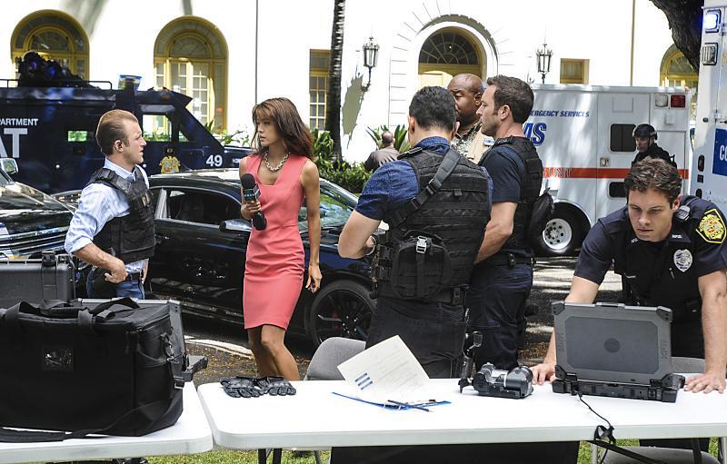 Hawaii Five - O S07E05 Steve and Danny Discuss Guns - YouTube