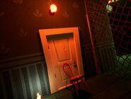 Дверь, подпёртая стулом в подвале в Акте 3