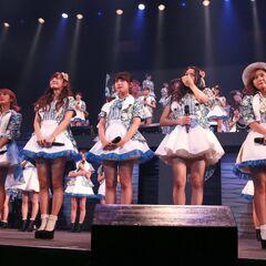 ℃-ute anunciando en el escenario su disolución el 20 de agosto