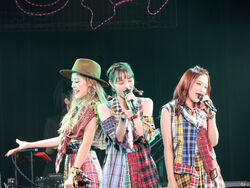 PINKCRES-1stLIVEcrescendo-livepic01