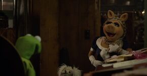 Kermit argues Miss Piggy