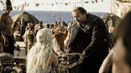 Jorah entrega libros a Daenerys HBO