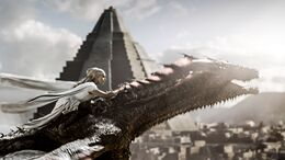 Daenerys huye con Drogon HBO