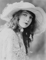 800px-Lillian Gish-edit1
