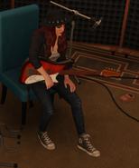 Хайди Санторо с гитарой