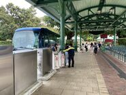 MTR staff in Disneyland help passengers to take TE13 3 10-04-2020