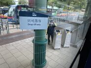 MTR staff in Disneyland help passengers to take TE13 4 10-04-2020