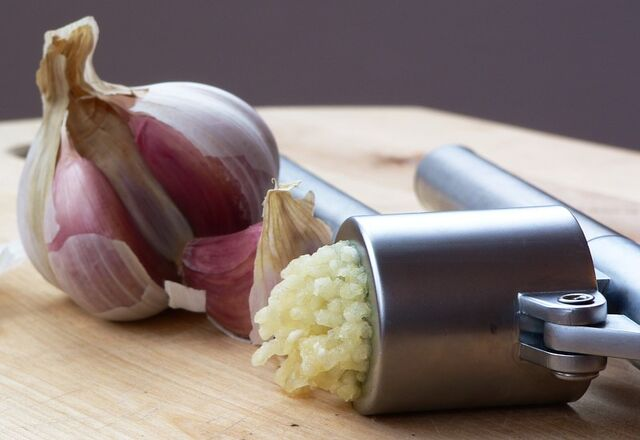 File:Garlic Press and Garlic.jpg