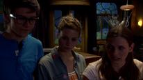 Tom zeigt Anna und Liv die Zimmerschlüssel