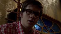Tom ist erstaunt über den Inhalt des Tresors