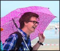Patrick am Set mit rosa Schirm