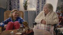 Liv und Amalia lachen über Tom