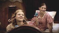 Liv und Anna genießen die Süßigkeiten