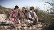 Anna, Liv und Diederich suchen am Strand nach Lilly
