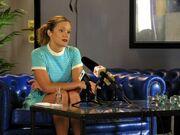 Charlotte snakker med pressen