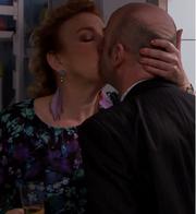Hilde kysser Pelle