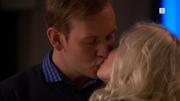 Albert og Mie kysser